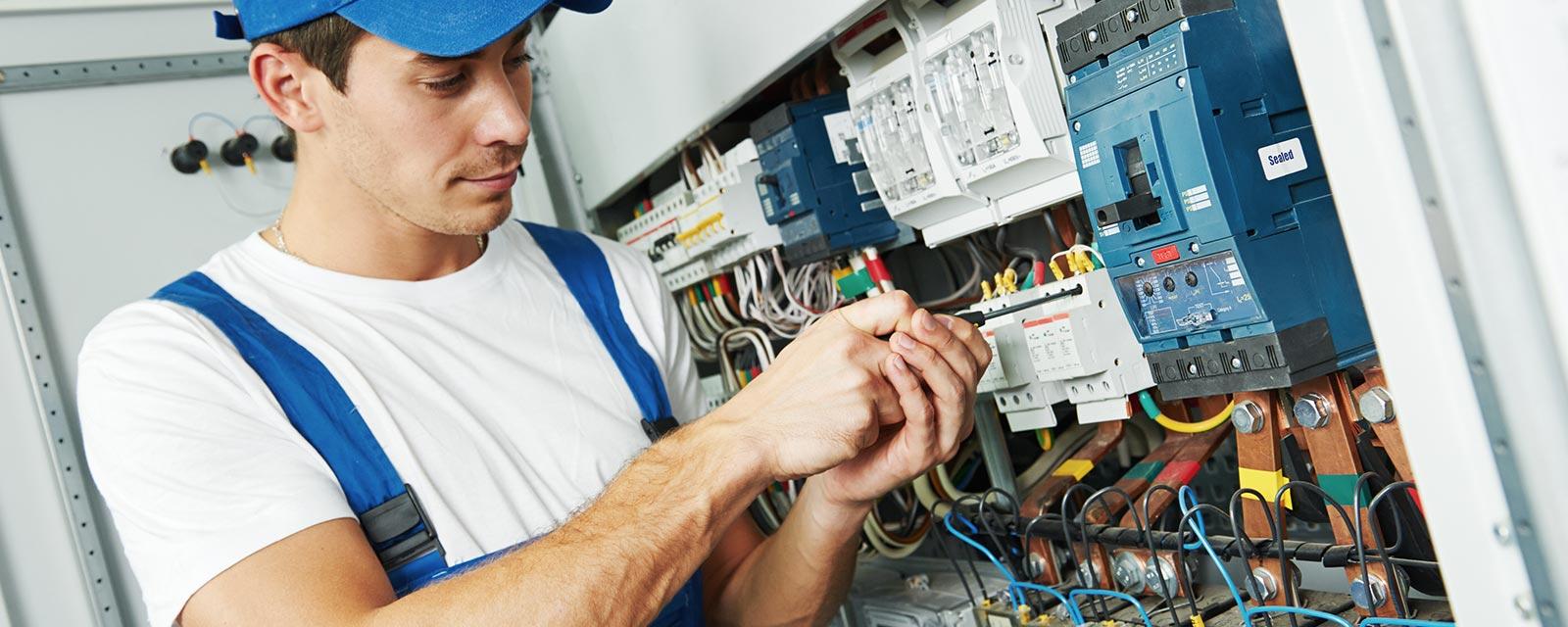 un électricien en train de travailler